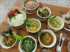 アーユピヤサの敷地内で摘み取られて30分以内に調理されるオーガニック料理は品数も豊富