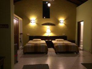 夜は鳥も鳴き声も聞こえず静か。部屋の明かりもしっとりとして眠りに誘われる