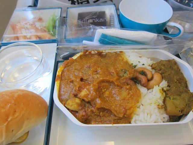 そして機内食はもちろんカレー。たっぷりスパイスが効いています。