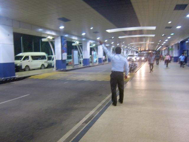 空港についたのは夜。ガイドさんが待っていてくれて、タクシーを呼んでくれるので安心してお任せ。