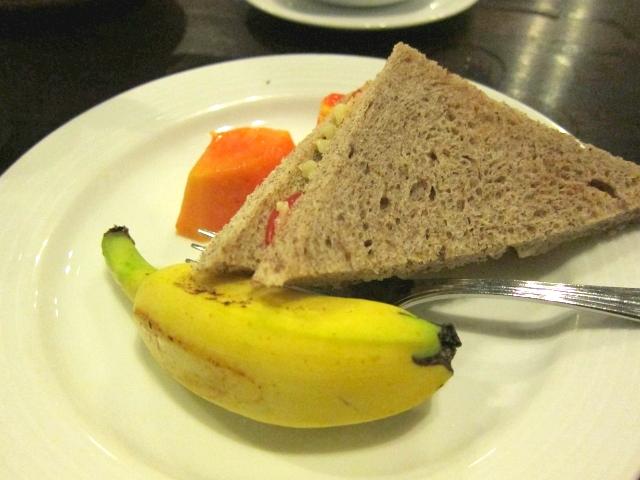 胃に負担をかけないお夜食でスープと共に出されたサンドイッチ、フルーツ。