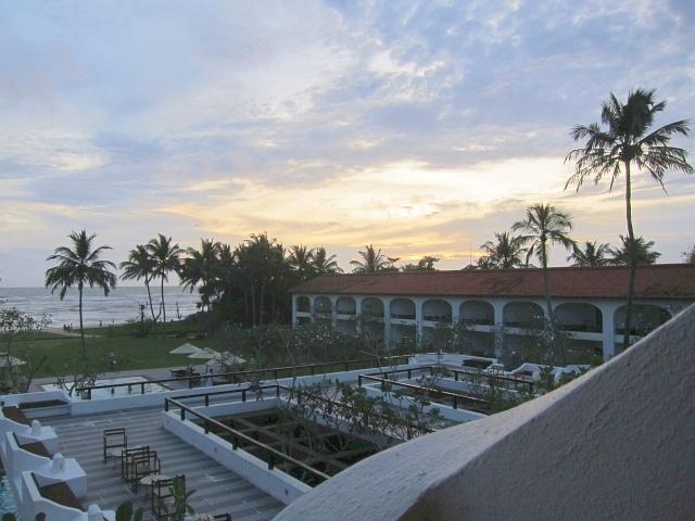 夕日に照らされるバワのホテルは本当に素敵。